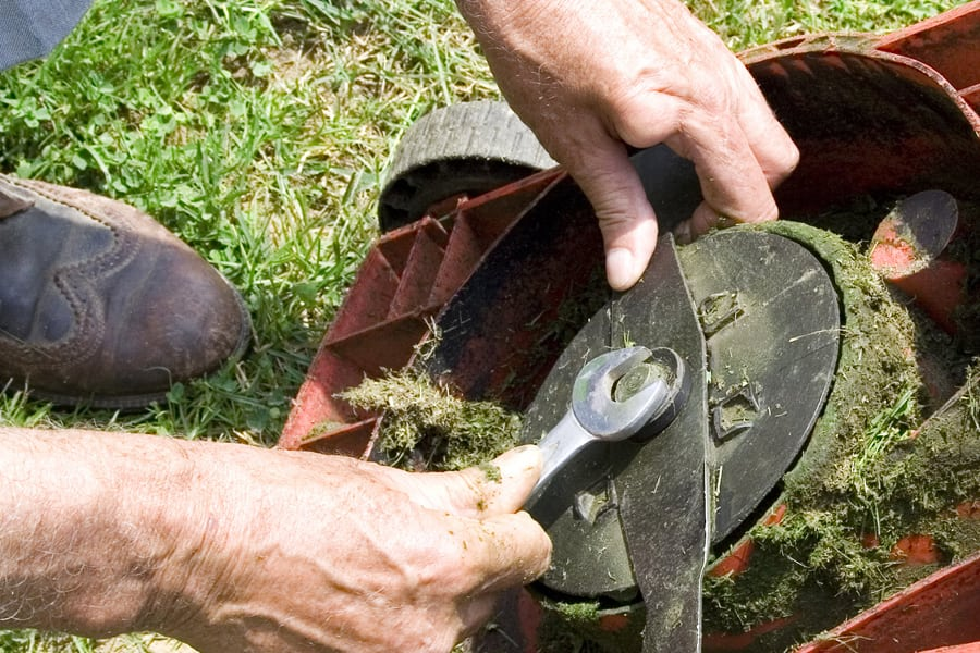Reparation af havemaskiner Nysted, Kettinge, mekaniker reparere græsslåmaskine